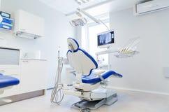 Inre av det nya moderna tand- klinikkontoret Arkivbild