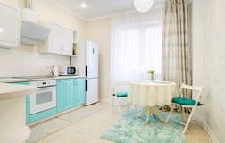 Inre av det nya stilfulla köket i turkos färgar royaltyfri foto