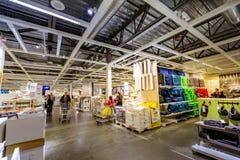 Inre av det stora lagret IKEA Portland för hem- inredningar Arkivbild
