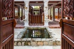 Inre av det tropiska hotellet med ett damm Arkivfoto
