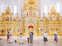 Inre av domkyrkan i Kharkov arkivbilder