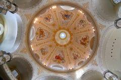 Inre av Dresdenen Frauenkirche (formligen kyrka av vår dam) är en Lutherankyrka i Dresden Arkivfoto