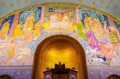 Inre av Eglise Sainte-Croix i Carouge den gamla staden, Genève, strömbrytare royaltyfria bilder