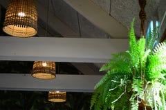 Inre av en älskvärd gammalmodig restaurang, med lampor som hänger från det höga taket; gamla vide- lampskuggor royaltyfri bild