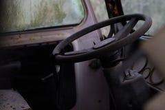 Inre av en övergiven gammal skåpbil för hippie Royaltyfri Foto