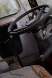 Inre av en övergiven gammal skåpbil för hippie Arkivbilder