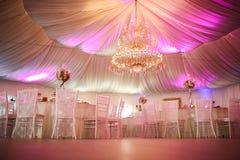 Inre av en brölloptältgarnering som är klar för gäster Royaltyfria Foton