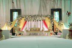 Inre av en fastställd garnering för lyxigt grått bröllop som är klar för brud och brudgum Royaltyfri Bild