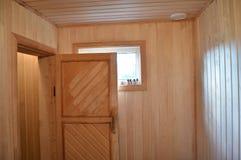 Inre av en finlandssvensk träbastu för litet hus, ångarum arkivbild