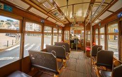 Inre av en gammal berömd gul spårvagn 28 i Lissabon royaltyfri fotografi