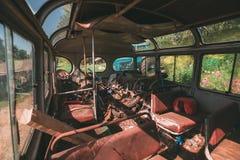 Inre av en gammal stadstransportbuss Arkivfoto