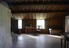 Inre av en gammal wood stuga Royaltyfri Foto