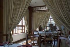 Inre av en härlig restaurang med panorama- Windows med trästil arkivfoton