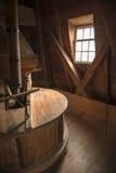 Inre av en historisk väderkvarn i Nederländerna Arkivbild