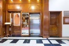 Inre av en hotelllobby med hissen Arkivfoto
