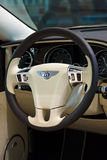 Inre av en i naturlig storlek lyxig bilBentley New Continental GT V8 cabriolet Royaltyfria Bilder