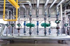Inre av en industriell kokkärl, leda i rör, pumpar och bilar Royaltyfria Foton