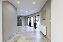 Inre av en korridor i lyxigt hotell royaltyfria foton