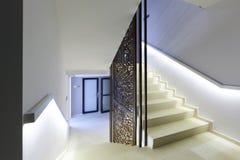 Inre av en korridor med marmortrappa Royaltyfri Bild
