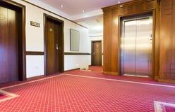 Inre av en korridor med passagerareelevatorn Royaltyfria Bilder