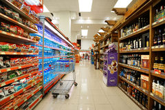 Inre av en lågprishyperpermarket Voli Royaltyfri Bild