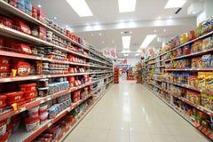 Inre av en lågprishyperpermarket Voli Arkivfoto