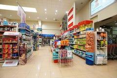 Inre av en lågprishyperpermarket Voli Arkivbilder