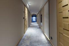 Inre av en lång hotellkorridor Arkivbild