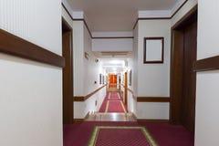 Inre av en lång korridor Arkivfoton