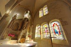 Inre av en liten katolsk kyrka i Champagne, Frankrike Bred sikt royaltyfria foton