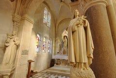 Inre av en liten katolsk kyrka i Champagne, Frankrike Bred sikt arkivfoton