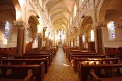 Inre av en liten katolsk kyrka i Champagne, Frankrike Bred sikt arkivbilder