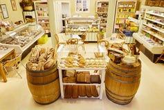 Inre av en lokal matvaruaffär och eatery med bröddisplaye arkivbild