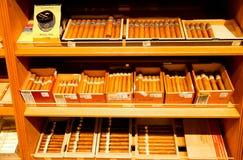 Inre av en lyx- cigarr shoppar royaltyfri fotografi