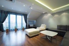 Inre av en lyxig vardagsrum med härliga takljus Arkivfoto