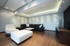 Inre av en lyxig vardagsrum med härliga takljus Royaltyfria Foton