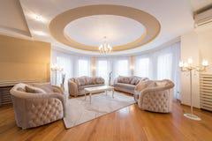 Inre av en lyxig vardagsrum med rundan, cirkel, tak royaltyfria foton