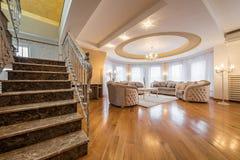 Inre av en lyxig vardagsrum med rundan, cirkel, tak arkivfoto