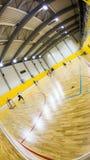 Inre av en modern gymnastiksal med ungdomar Arkivbilder