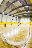 Inre av en modern gymnastiksal med ungdomar Fotografering för Bildbyråer