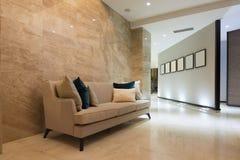 Inre av en modern hotelllobby Royaltyfri Foto