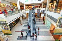 Inre av en modern köpcentrum Arkivfoton