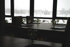 Inre av en modern landsrestaurang Sikt av vinterlandskapet royaltyfri bild