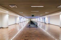 Inre av en modern terminal i internationell flygplats med esca Fotografering för Bildbyråer