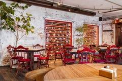 Inre av en modern vind-stil café royaltyfri foto