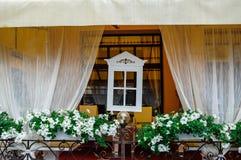 Inre av en restaurang, retro design med det vita fönstret Royaltyfria Foton