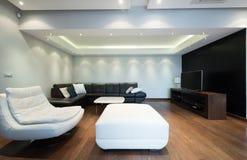 Inre av en rymlig lyxig vardagsrum med det färgrika taket arkivfoton