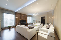 Inre av en rymlig vardagsrum i lyxig lägenhet arkivbilder
