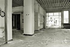 Inre av en skövlad byggnad svart white Fotografering för Bildbyråer