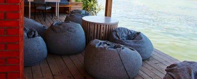 Inre av en sommarterrass av restaurangen, var lokaliserat nära havet som har den perfekta havssikten Fotografering för Bildbyråer